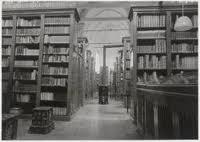 Opstelling van de Goudsche Librije in de Gasthuiskapel (nu Museum Gouda). Tegenwoordig staan de fraaie boekbanden in ijzeren kasten in het depot van het archief