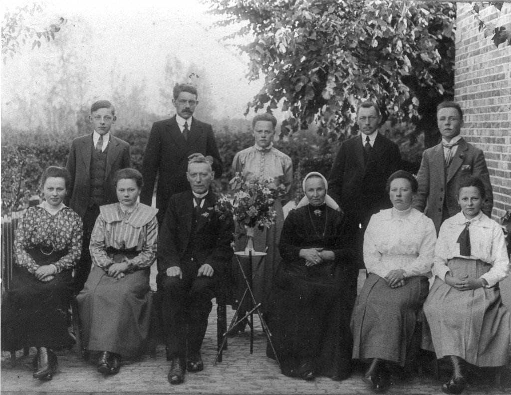 De familie Abels met zittend in het midden Hilbert Abels, de telg van de familie die in de negentiende eeuw van Duitsland naar Nederland trok.