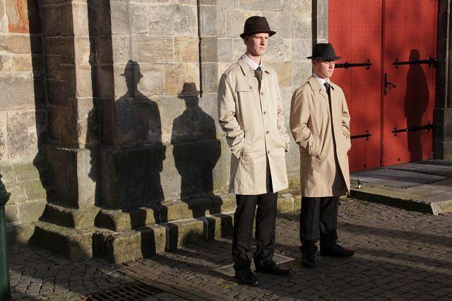 Twee van de acht Poaskearls voor de deur van de Simon en Judaskerk van Ootmarsum. Rechts neef Bram