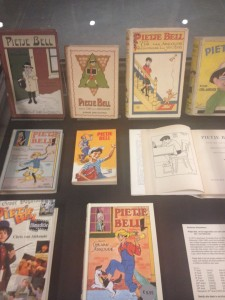Vitrine in KB met boeken van Pietje Bell, uitgegeven door kluitman