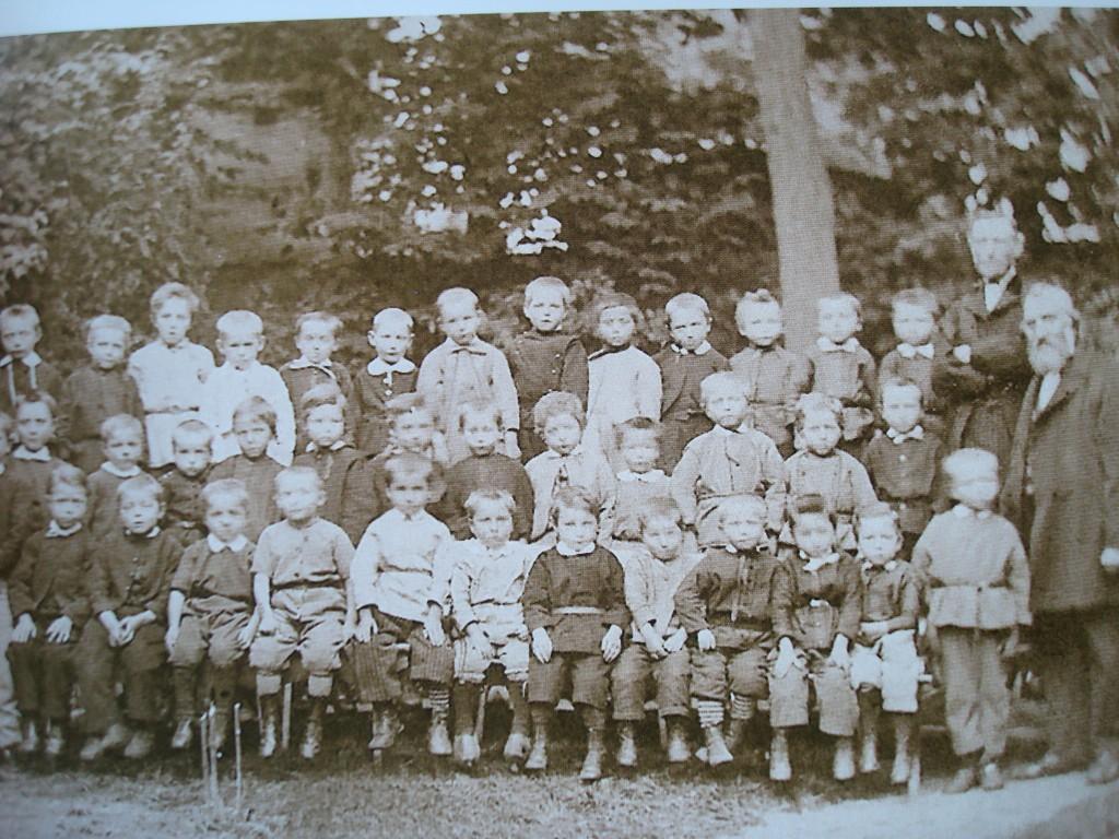 Meester Kluitman, geheel rechts, met een schoolklas in Gouda