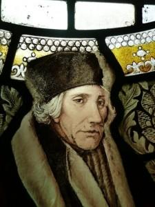 Erasmus in glas. Detail uit een gebrandschilderd glas in het hoofdgebouw van de Universiteit  van Manchester