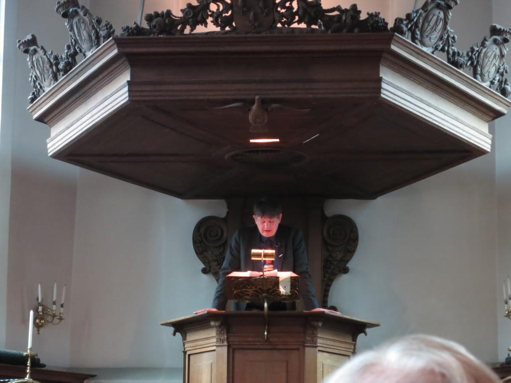 Een lekenprediker op de kansel van de Sint-Joostkapel. Foto: Bobby de Vos