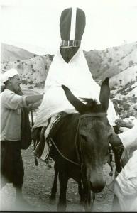 Foto van de antropoloog David Hart uit 1954 van een traditionele Marokkaans-berberse bruid, op weg naar haar toekomstige echtgenoot