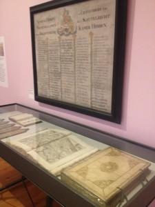 Namenlijst van sleutelrechthouders aan de muur. In de vitrine de catalogusplankjes uit de Librije