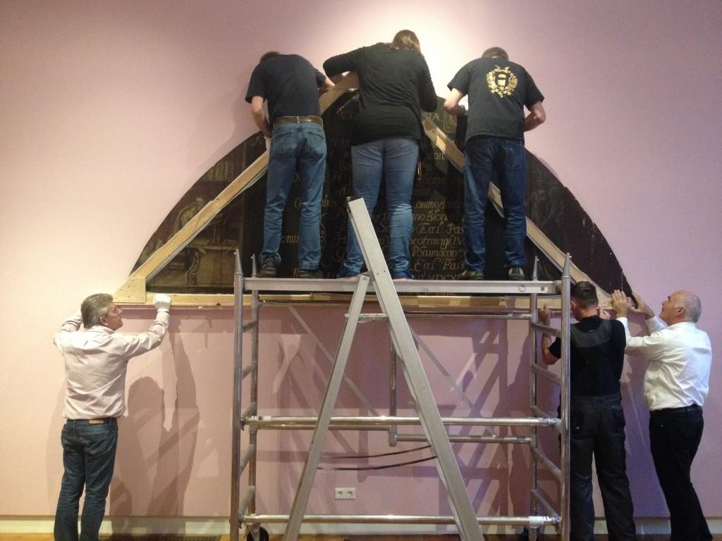 Het Librijebord wordt weer van de muur gehaald, nu de tentoonstelling voorbij is. Daar zijn niet minder dan zes museummedewerkers