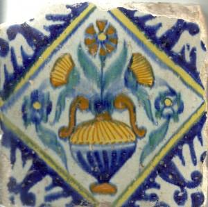 Naast blauwe tegels produceerde De Swaen ook kleurrijker motieven. Soms ging er iets mis en waren de kleuren en lijnen wat minder helder, zoals bij dit exemplaar