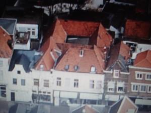 Luchtfoto waarop het hofje achter de Zeugstraat zeer goed kerkenbaar is