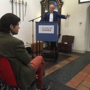 Directeur van Museum Gouda, Gerard de Kleijn, heet de aanwezigen welkom. Op de eerste rang: Chahid el Haddouti, voorzitter van Boughaz