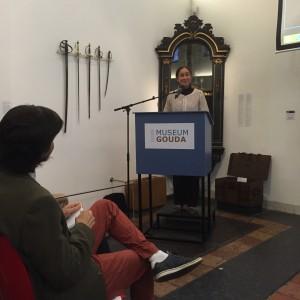 Naima Zefzafi, socialoge, verandermanager en migrantendochter uit Gouda, opent de tentoonstelling Lalla Golda