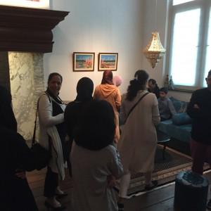 Bezoekers bekijken aandachtig de Marokkaanse huiskamer in de historiezaal
