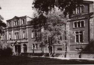 De uit 1870 stammende vernieuwde voorgevel van het Collatiehuis - toen Centraal Kledingmagazijn - aan de Jeruzalemstraat.