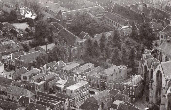Op deze luchtfoto is de enorme omvang van het kloostercomplex achter de Sint-Jan goed te zien.
