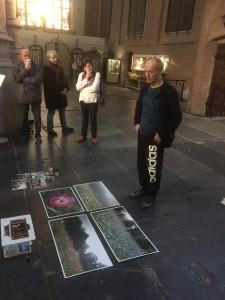 Marc Mulders geeft uitleg over zijn Erasmusglas aan vrijwilligers en rondleiders in de Sint-Jan