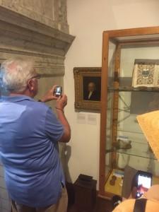Büchnerfan uit Hessen fotografeert zijn idool in Museum Gouda