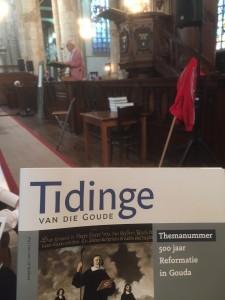 Aanbieding themanummer over 500 jaar Reformatie in Gouda bij provinciale herdenking  in St-Janskerk