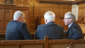 DG AIVD Bertholee (l) en een van zijn voorgangers, Van Hulst (r.) in gesprek met de voorzitter van de CTIVD, Brouwer. Tijdens de oratie op 16 februari jl.