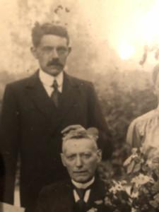 Hilbert Abels op de voorgrond, met achter hem zijn oudste zoon, Hendrik Abels