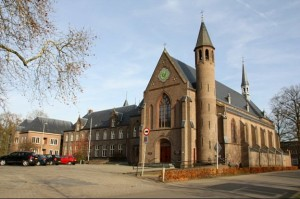 Kloosterkerk te Zenderen. Hilbert was niet alleen als metselaar betrokken bij de bouw, maar volgens overlevering bezocht hij aan het eind van zijn leven dagelijks de Heilige Mis in deze kerk.