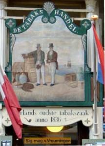 Bord boven de ingang van de tabakzaak van Van Vreumingen aan de Wijdstraat